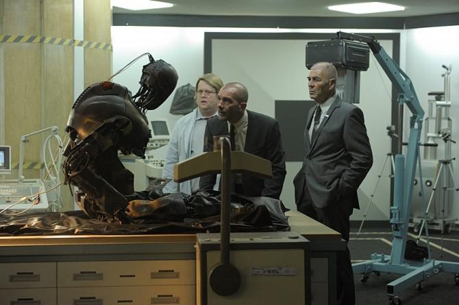 영화에선 로봇 스스로 '분신자살'을 시도하는 사건이 일어난다. 불에 탄 로봇을 살펴보고 있는 주인공.